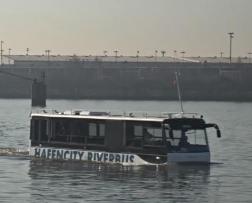 Schwimmender Bus im Hamburger Hafen